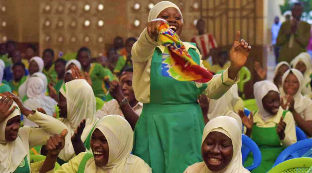 En grupp kvinnor har kul på en presentation om kvinnliga rättigheter som anordnas av Projects Abroads volontärprojekt.